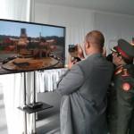 Иностранные гости смотрят видео на AS3D дисплее